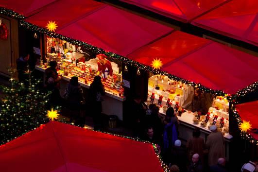 http://www.koelnerweihnachtsmarkt.com/wp-content/uploads/2016/10/weihnachtsmarkt-am-koelner-dom-br-buntes-treiben-vor-den-leuchtenden-weihnachtsmarktstaenden-c4.jpg
