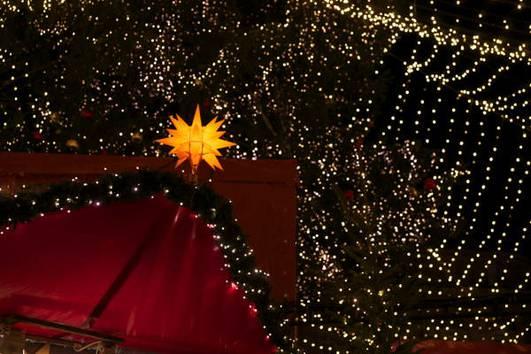 http://www.koelnerweihnachtsmarkt.com/wp-content/uploads/2016/10/weihnachtsmarkt-am-koelner-dom-br-romantische-stimmung-unterm-sternenzelt-1d.jpg