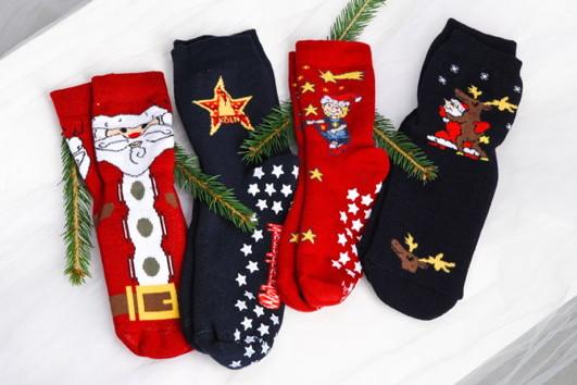 weihnachtsmarkt-am-koelner-dom-praesente-br-socken-mit-weihnachtsmotiven-so